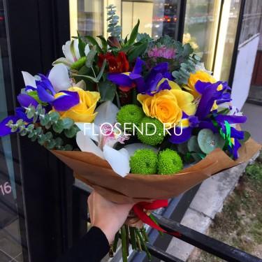 Букет с ирисами и хризантемами и розами